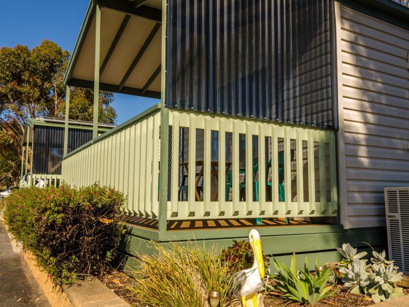 Coorong cabins / Meningie area- Pelican 2 garden