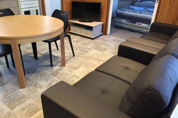 Meningie Cabins - Pelican 3 & 4 living area